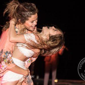 Селена танцует с Джаззи Бибер на Ямайке