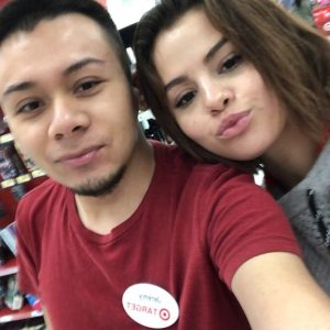 16 Апреля Селена с фанатом в супермаркете Target