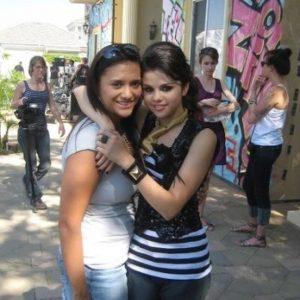 Селена с фанатом на съемках клипа Tell Me Something I Dont Know в 2008 году