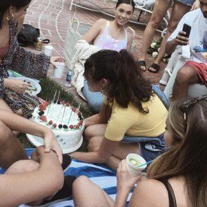18 Августа Селена празднует День рождения Кортни Бэрри