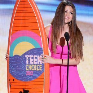12 Августа Селена выиграла две доски для серфинга на церемонии Teen Choice Awards 2018