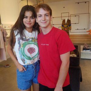 16 Августа Селена с фанатами в магазине Crystal Crove в Калифорнии
