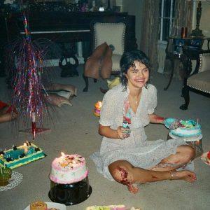 15 Августа @davidjameswhite_ на Инстаграме: У #selenagomez мой торт и она его ест