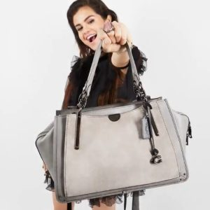 3 Августа @Coach на Твиттере: Бум! Первый взгляд на #SelenaGomez с нашей новой сезонной сумкой