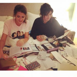 6 Сентября @aleenkeshishian на Инстаграме: Поймала #selenagomez за чтением писем от фанатов