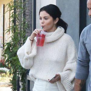 26 Декабря Селена приехала выпить кофе в Старбакс в Лос-Анджелесе