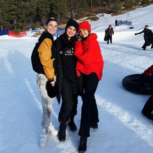 18 Декабря Селена катается на ледяных горках лыжного курорта в Калифорнии