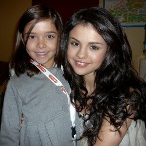 16 Апреля редкие фото Селены с маленькой фанаткой на радио Disney в 2010