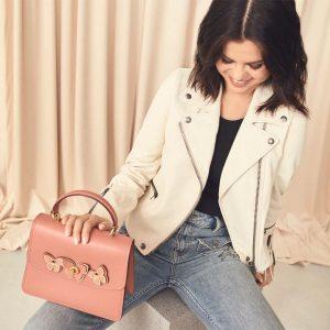 24 Мая Селена на Инстаграме: Комбо от @Coach — байкерская куртка и сумочка с бабочками