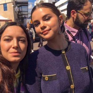 15 Мая больше новых фото Селены с фанатами в Каннах