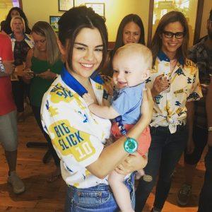8 Июня Селена с маленьким фанатом на благотворительном матче The Big Slick в Канзасе