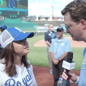 14 Июня интервью с Селеной на бейсбольном матче The Big Slick