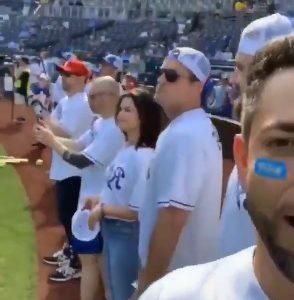7 Июня больше видео с Селеной на благотворительном матче по бейсболу в Канзасе