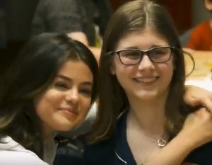 7 Июня больше видео Селены с детьми на благотворительном мероприятии в Канзасе