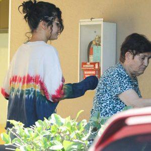 19 июня Селена покидает офис дерматолога в Лос-Анджелесе