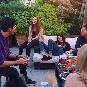 25 Августа редкое фото Селены на вечеринке с друзьями