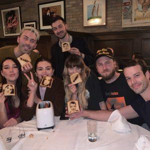 11 Января Селена с друзьями отмечает выход ее нового альбома Rare
