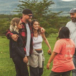 11 Января новые фото Селены с благотворительной поездки в Кению