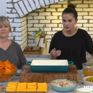 14 Августа смотри отрывок из новой серии шоу «Selena + Chef», где Селена с бабушкой готовят сырную запеканку