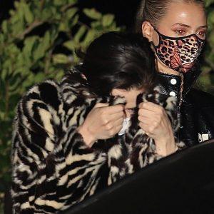 27 Октября Селена замечена покидающей вечеринку подруги в Лос-Анджелесе, Калифорния
