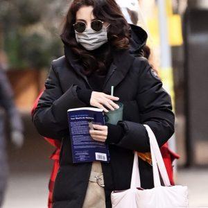 19 Января новые фото Селены на съемках сериала Only Murders In The Building в Нью-Йорке