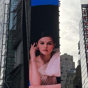 25 Января новые рекламные постеры с Селеной замечены по всему Нью-Йорку
