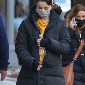 20 Января Селена покидает свой трейлер на съемках Only Murders In The Building в Нью-Йорке