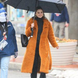 23 Февраля Селена прогуливается с зонтиком на съемках Only Murders In The Building в Нью-Йорке