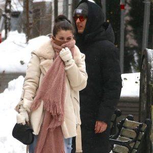 3 Февраля Селена на съемках сериала «Only Murders In The Building» в снежный день в Нью-Йорке