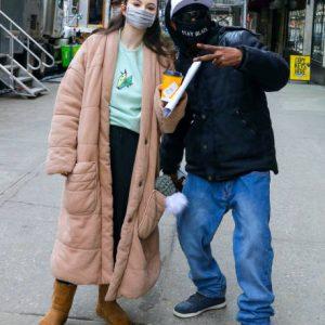 24 Февраля Больше фото и видео с Селеной со съемок Only Murders In The Building в Нью-Йорке