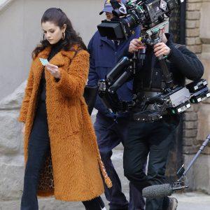24 Февраля новые фото от папарацци, фанатов и видео с Селеной со съемок сериала «Only Murders In The Building» в Нью-Йорке