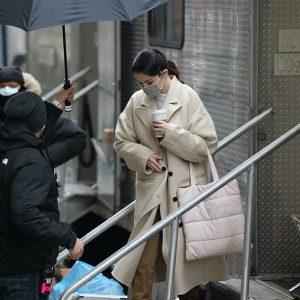 9 Февраля новые фото Селены на съемках сериала Only Murders In The Building в Нью-Йорке