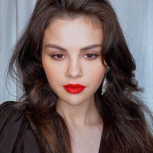 2 Марта @rarebeauty на Инстаграме: Один из наших самых любимых макияжей@selenagomez x @hungvanngo 😍