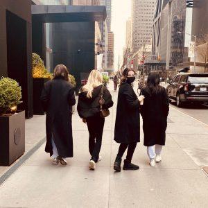 12 Марта Селена на Инстаграме: Когда твои лучшие подруги приехали отпраздновать альбом…