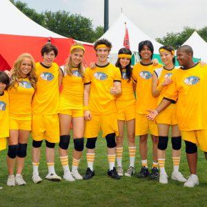 5 Марта новое фото Селены с желтой командой на Disney Games 2008