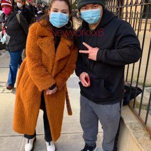 16 Апреля новое фото Селены с фанатом в Нью-Йорке