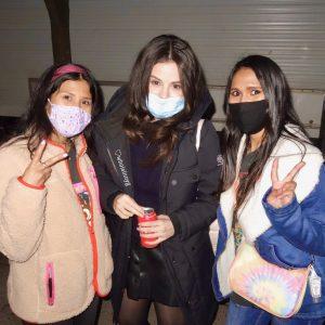 18 Апреля новое фото Селены с фанатками в Нью-Йорке